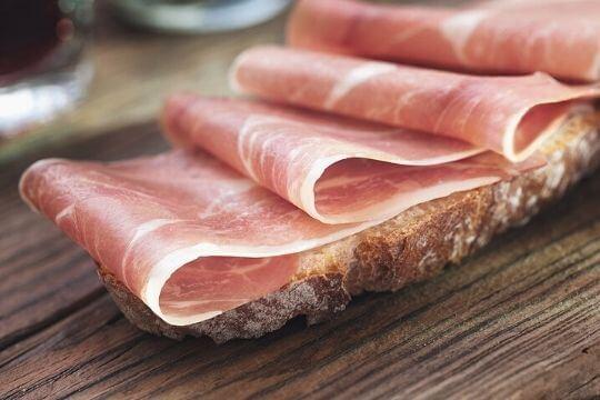 Los perros pueden comer jamón serrano